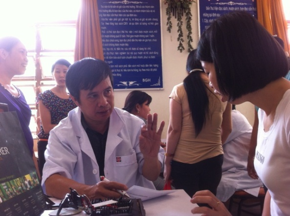 """Chị Nguyễn Thị Dung, giáo viên trường THCS Hoàng Quốc Việt cười chia sẻ: """" Tôi khá hài lòng về lần khám sức khỏe này. Và lần này thì tôi thấy tốt hơn lần trước ở cung cách phục vụ và cả chuyên môn, các bác sĩ của Phòng khám đa khoa quốc tế We Care tư vấn tốt""""."""